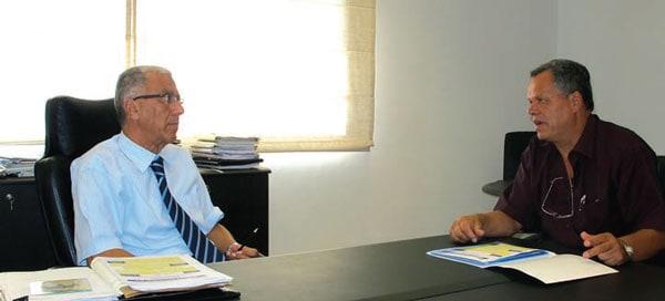 Jerad (left) discusses historic problems affecting insulators with Raouf Znaidi. 突尼斯绝缘子的运行经验和维护要求 突尼斯绝缘子的运行经验和维护要求 Pic244