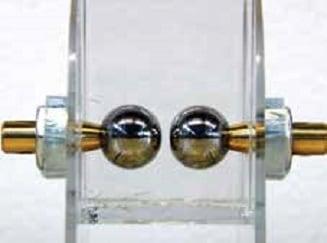 图3:测量电击穿应力:有机硅凝胶位于球形电极之间,电极间距2毫米。 认识电气工程用有机硅凝胶 认识电气工程用有机硅凝胶 Topic 4 July 27 003