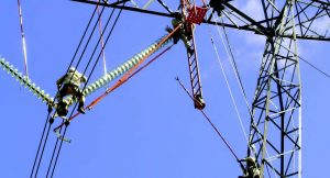 Live line working (bottom) is now the norm at most power utilities but safety procedures used for glass and porcelain strings do not always apply for composite types. Device Assists Live Line Work Decisions Device Assists Live Line Work Decisions Topic 5 Oct002