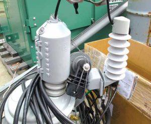 在工厂预安装野生动物保护装置的新 变压器和避雷器运抵现场的实例。 配电站安装保护装置减少野生动物引发的停电 配电站安装保护装置减少野生动物引发的停电 Topic 5 Nov09