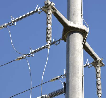 If an arrester is mounted underhung from a cross-arm, sheds must not be allowed to collect water.